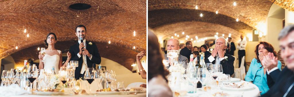 Gli sposi, Federico e Silvia, enunciano un discorso a favore degli invitati