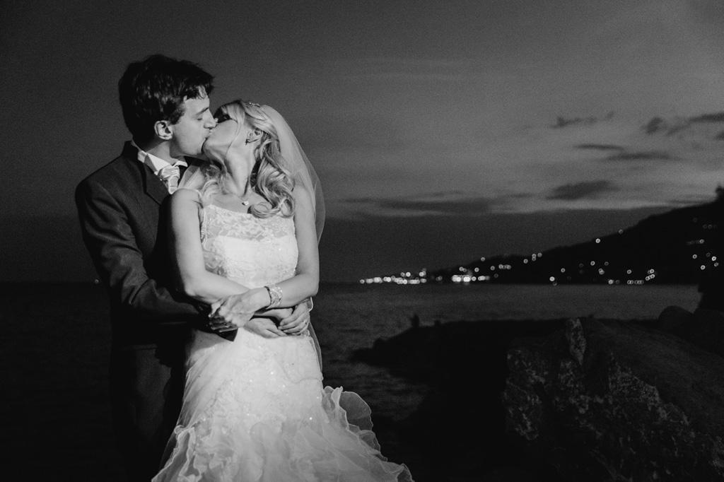 I due sposi si stringono in posa per il fotografo Alessandro Della Savia