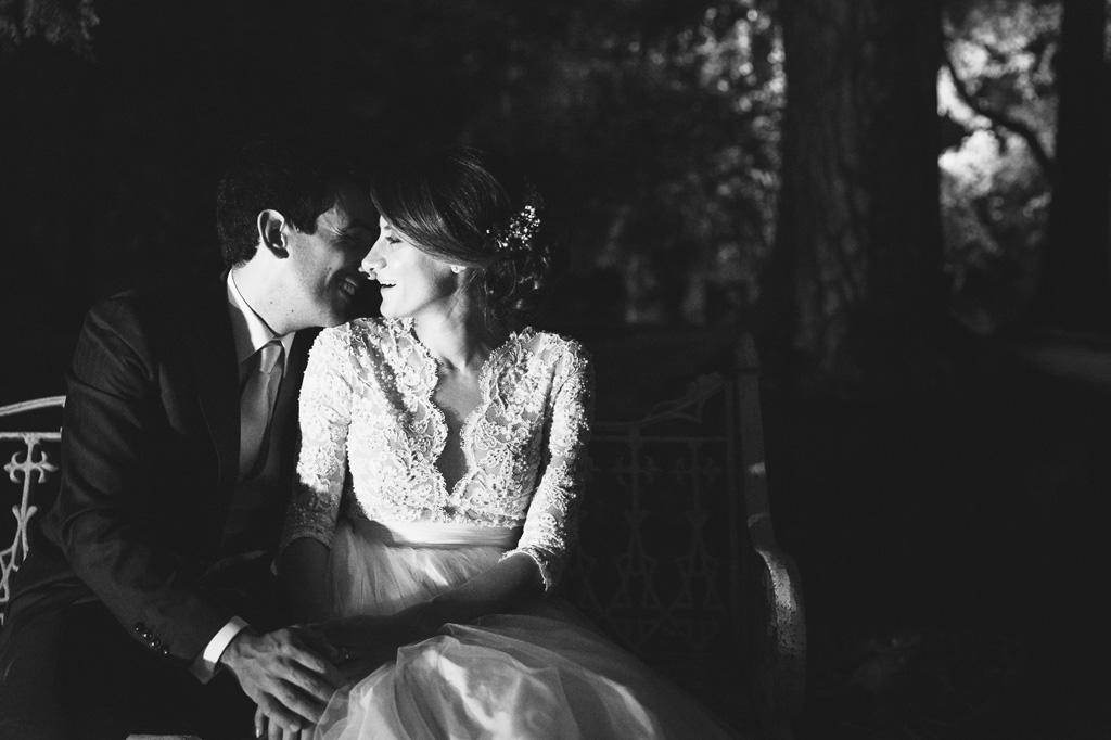 Gli sguardi degli sposi si cercano nel giardino di Villa Caroli