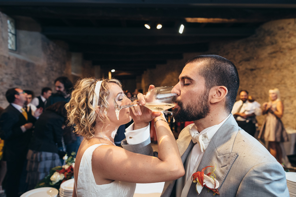 Riccardo e Lidia bevono un bicchiere di champagne