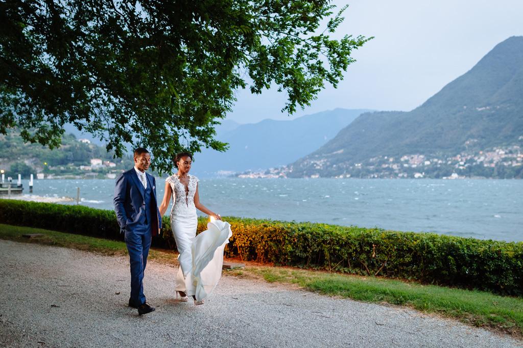 Gi sposi, Ayesha e Tony, passeggiano di fianco al Lago di Como