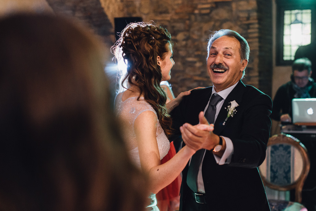 Il padre danza in compagnia della figlia Arianna