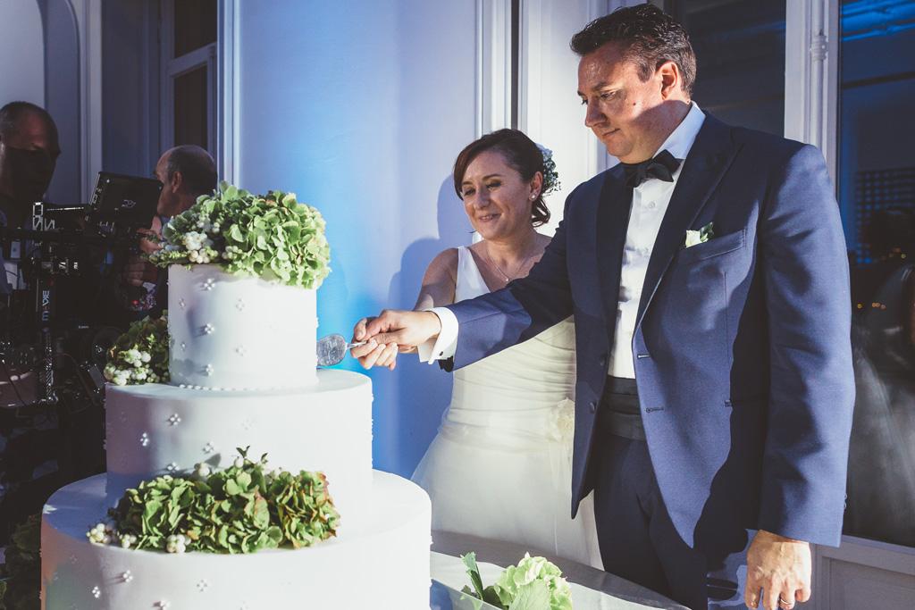Luca e Daniela tagliano la torta nunziale