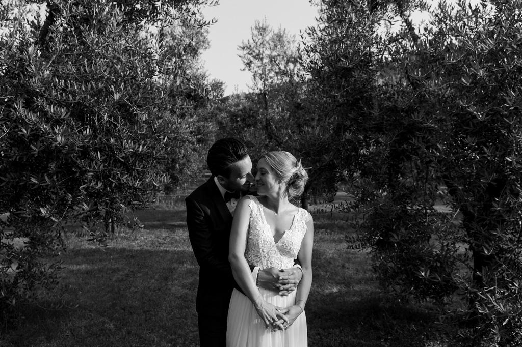 I due sposi si baciano in una località vicino al Lago di Garda