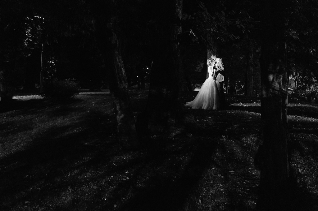 Gli sposi si baciano nel sentiero imboscato vicino a Villa Mattioli