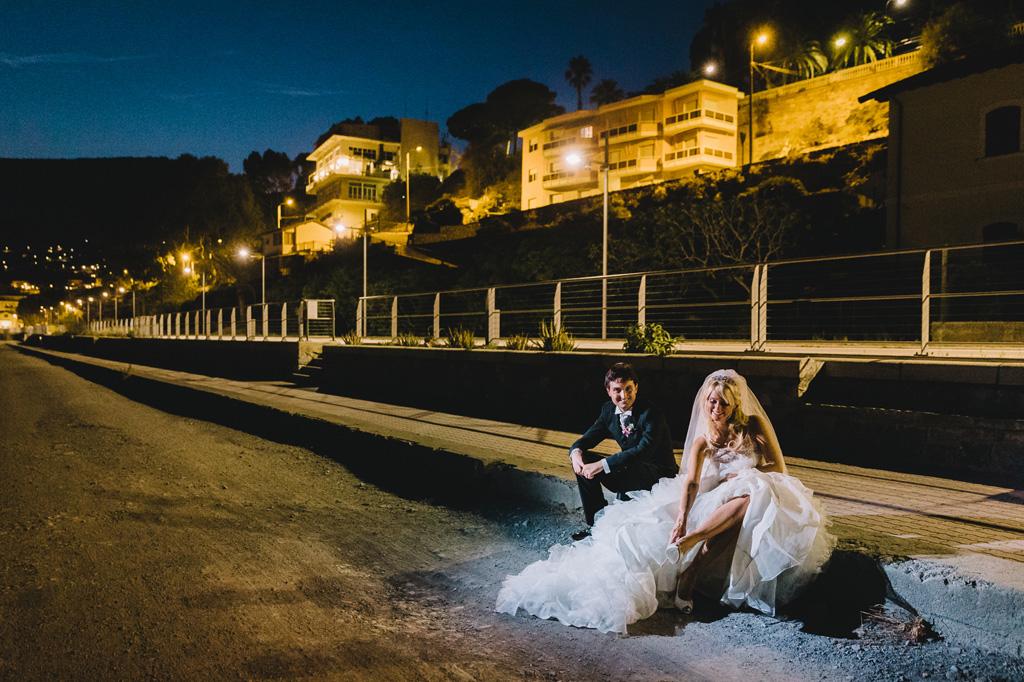 I due sposi, Giorgia e Danilo, attendono la macchina per raggiungere gli ospiti