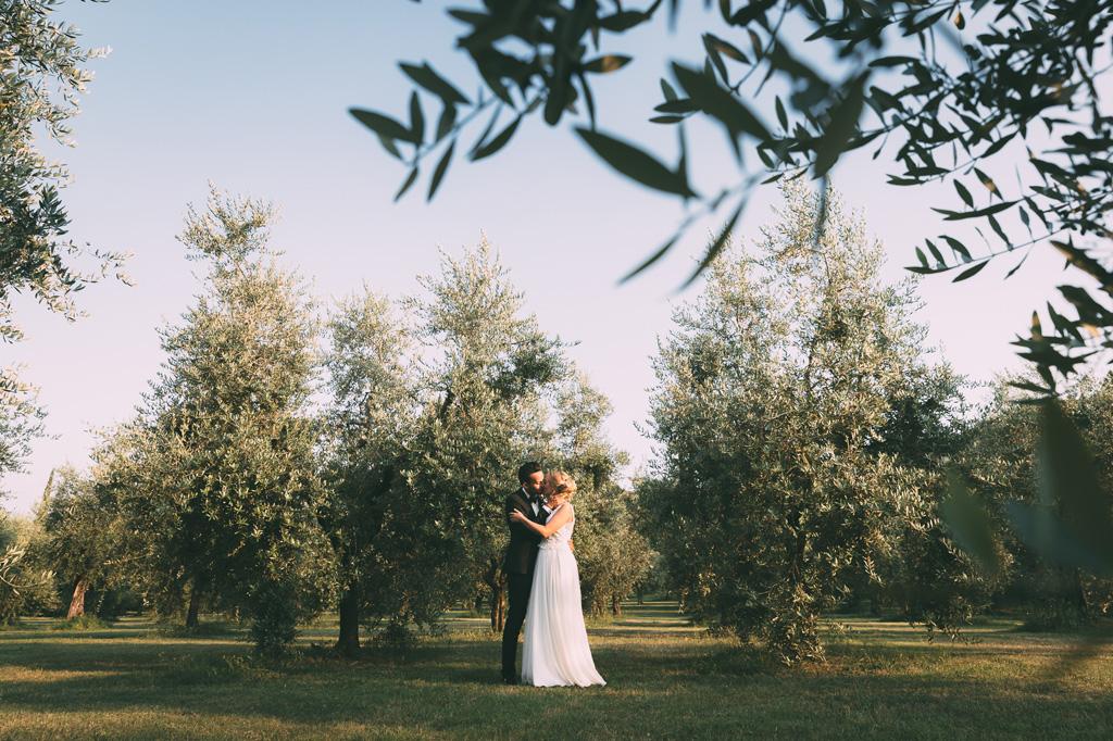 I due sposi, Till e Emily, si baciano in una splendida località vicino al Lago di Gardaimmortalati dal fotografo Alessandro Della Savia