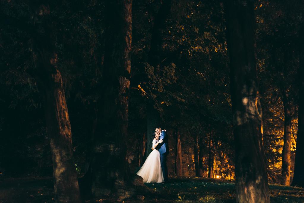 Gli sposi si abbracciano teneramente nel bosco