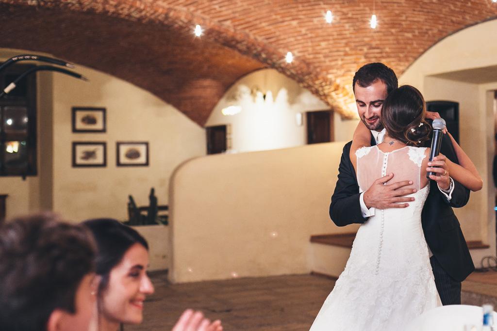 Lo sposo Federico stringe dolcemente la sposa