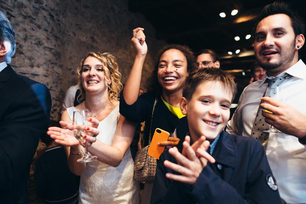 La sposa e gli invitati saltano di gioia