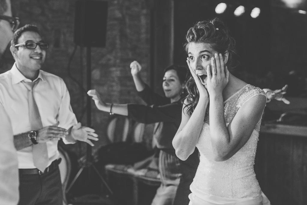 L'espressione di stupore della sposa immortalata dal fotografo Alessandro Della Savia