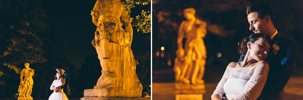 Gli sposi posano di fianco alle sculture in scatti sapientemente costruiti da Alessandro Della Savia