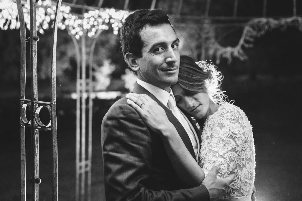Beatrice si poggia sulla spalla dello sposo per il fotografo Alessandro Della Savia