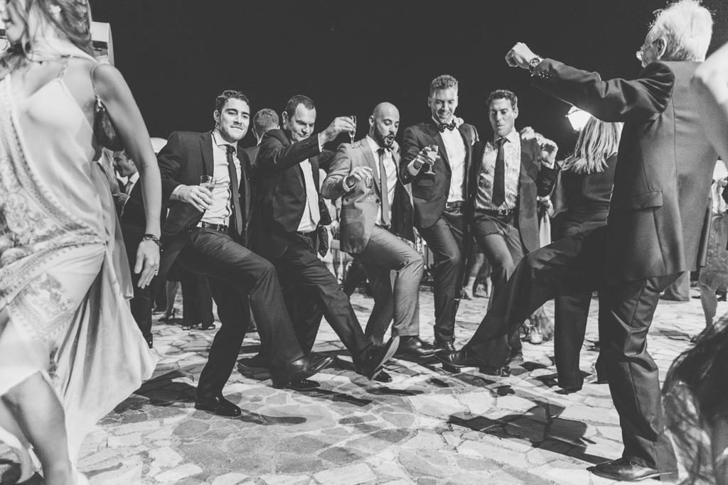 I partecipanti si lanciano in balli di gruppo presso Villa del Cardinale a Roma