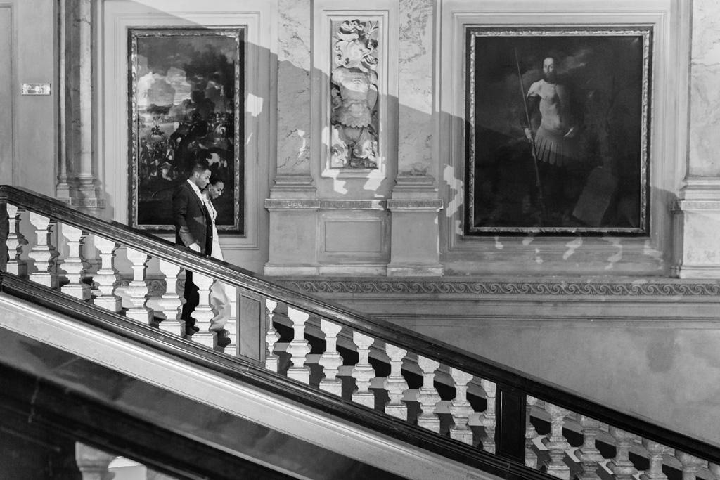 I due sposi passeggiano lungo le scale di Villa Erba
