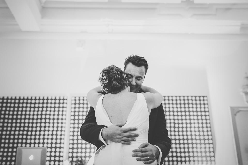 Luca stringe la sposa durante le danze