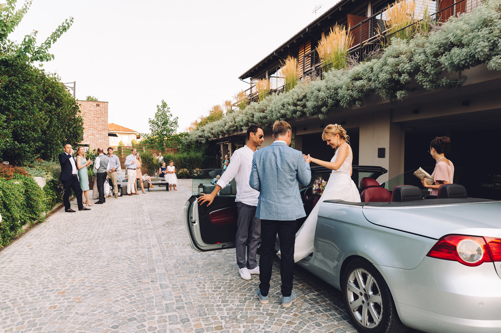 Gli sposi scendono dalla macchina accompagnati da due ospiti