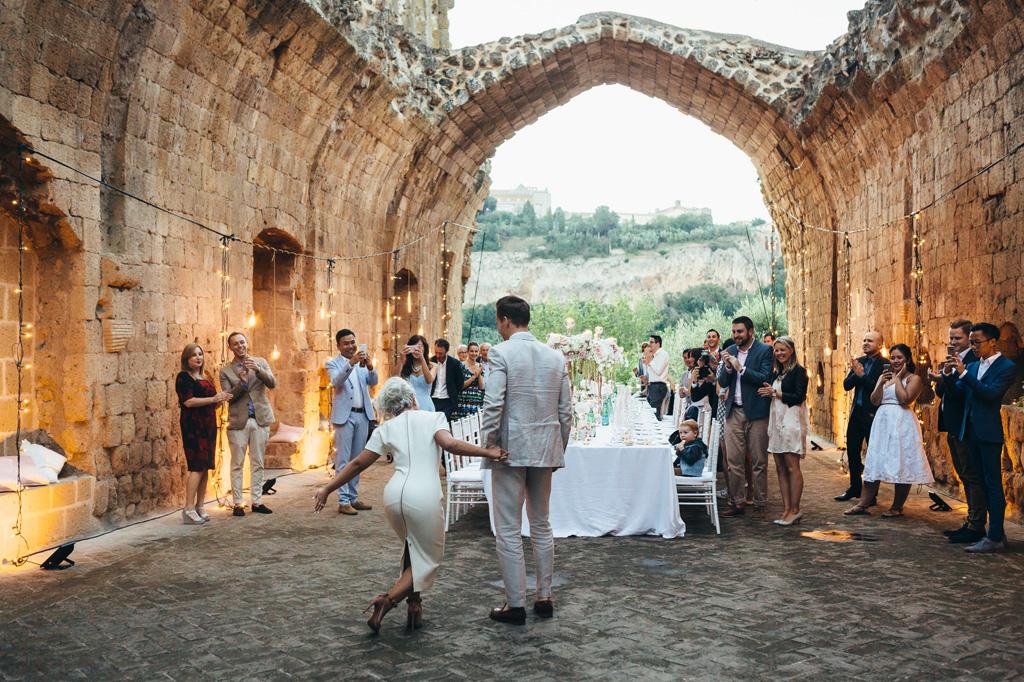 Gli sposi raggiungono la tavola accolti dagli ospiti