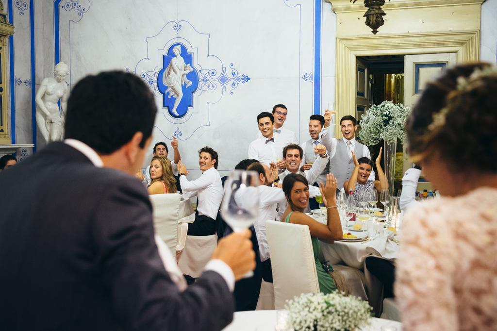 Gli invitati accolgono festosamente gli sposi