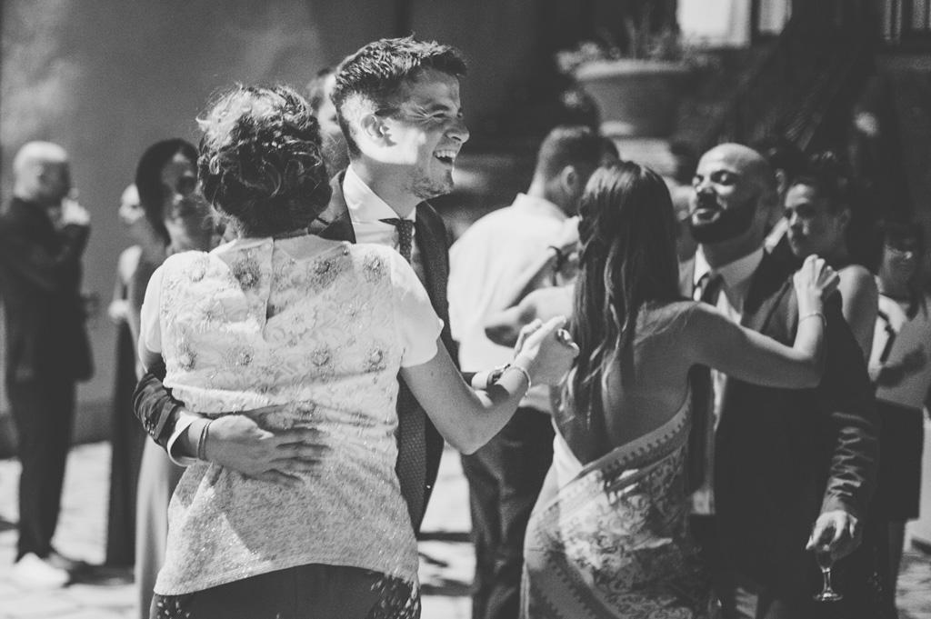 Gli invitati s'intrattengono in balli di coppia