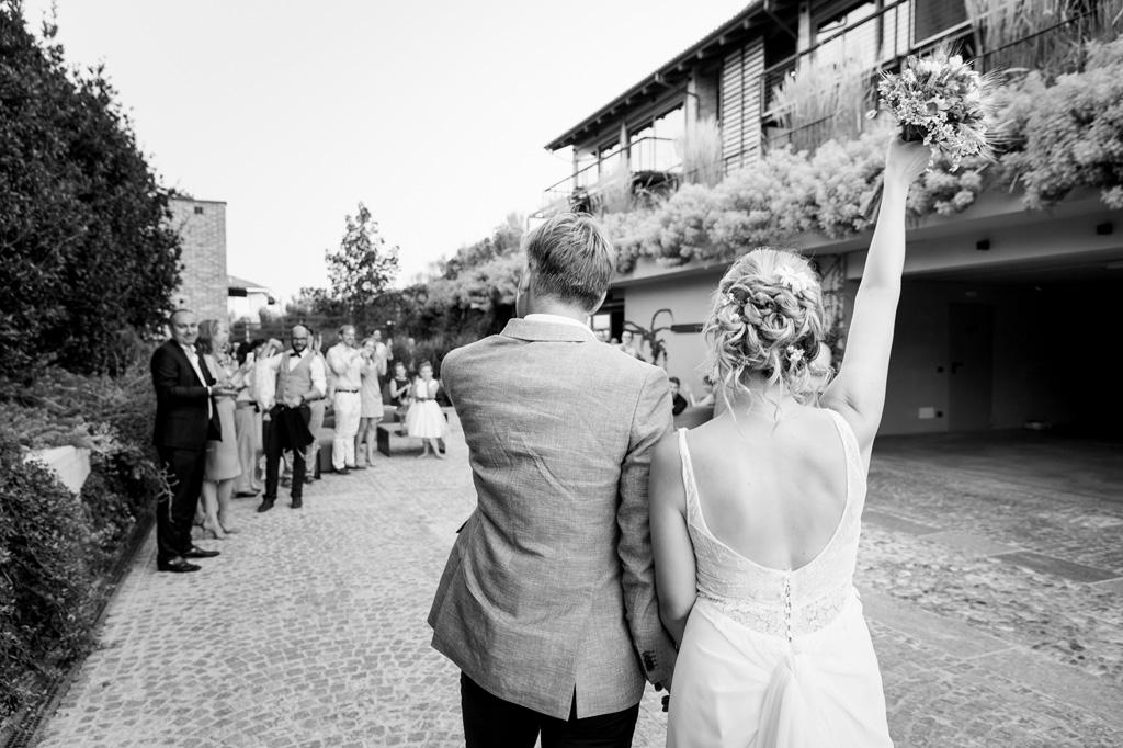 La sposa alza il bouquet in cielo