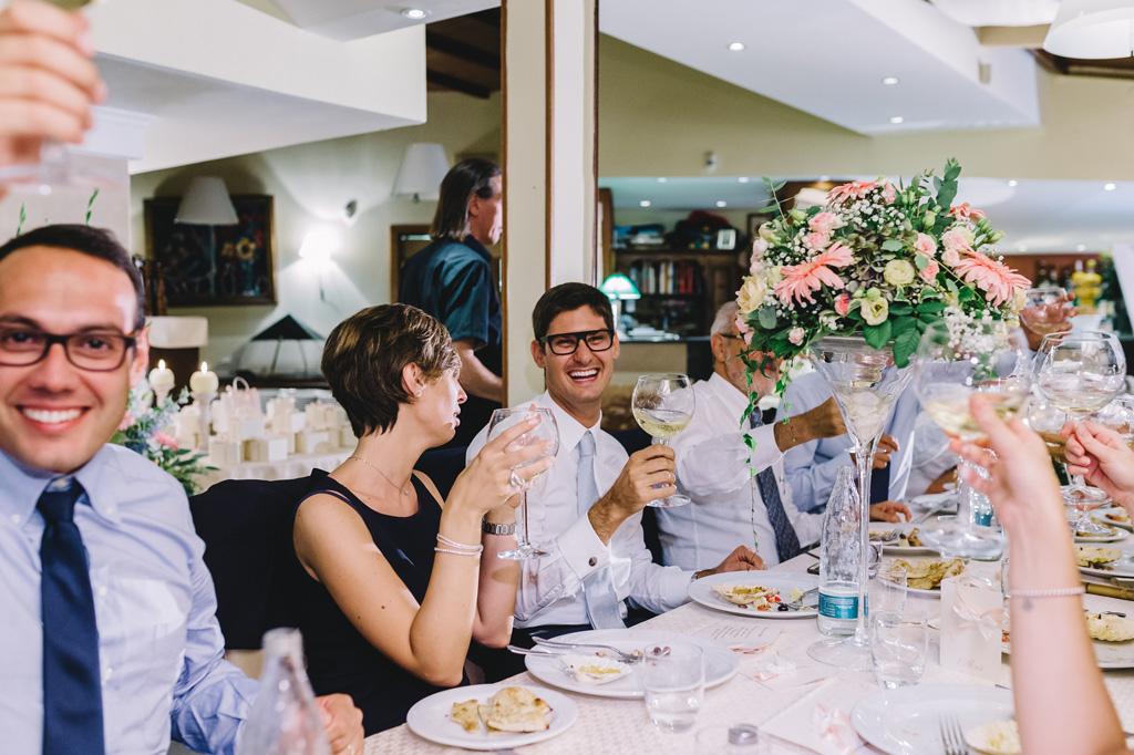 Gli ospiti brindano agli sposi durante il ricevimento