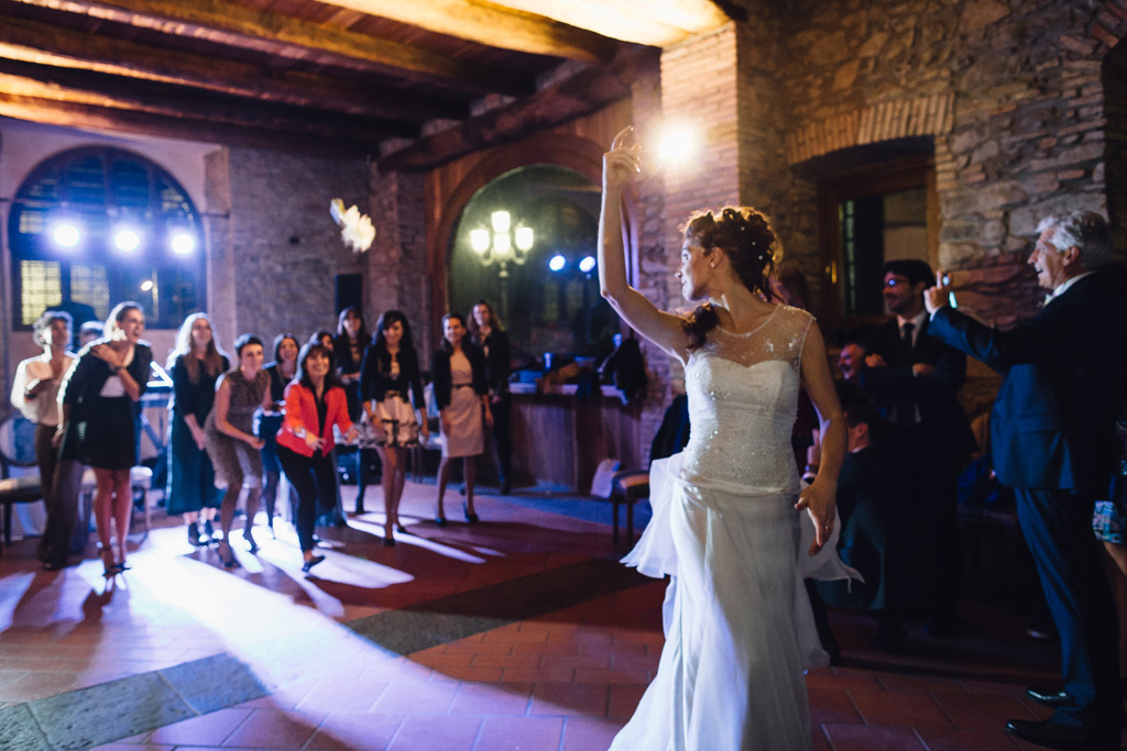 Arianna lancia il bouquet in direzione delle invitate