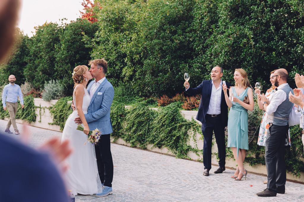 Lo sposo bacia la sposa tra gli applausi scroscianti