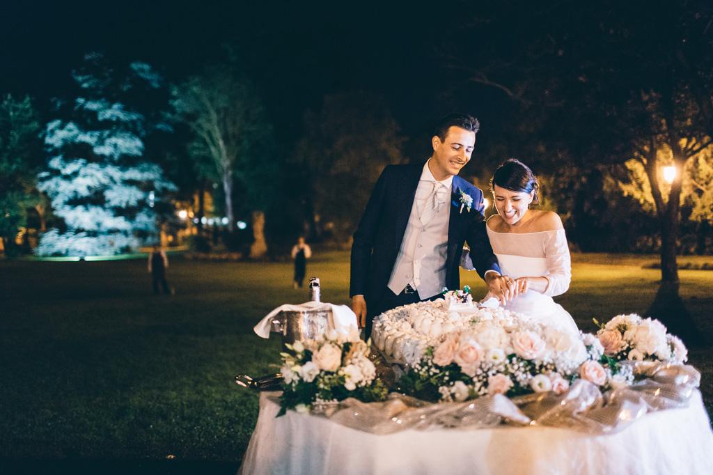 Lorenzo e Alice tagliano la prima fetta della torta nunziale