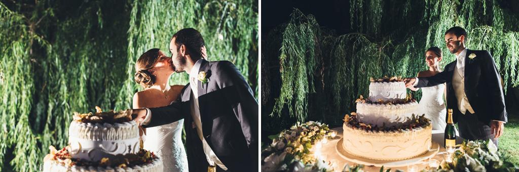 I due sposi, Federico e Silvia, si baciano davanti alla torta nunziale
