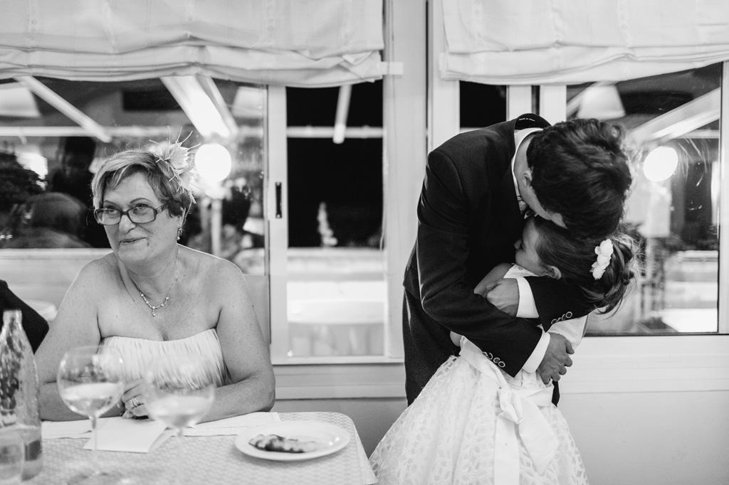 Lo sposo bacia affettuosamente una bambina durante il ricevimento