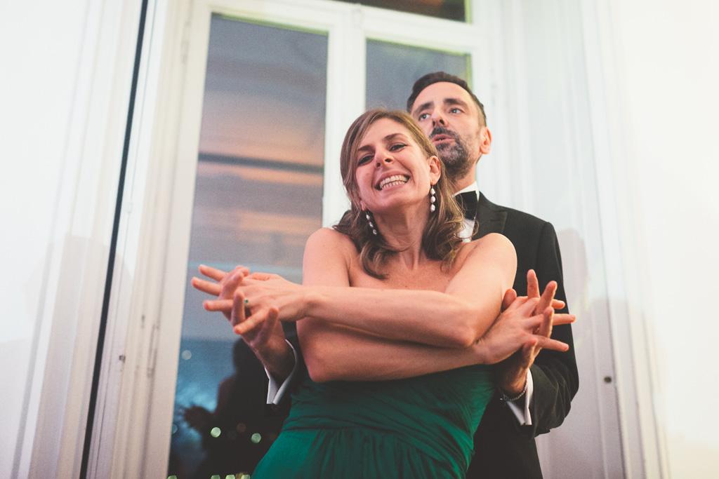 Due invitati danzano una nella mano