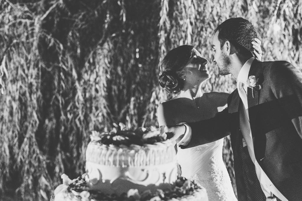 Federico e Silvia si guardano amorevolmente durante il taglio della torta
