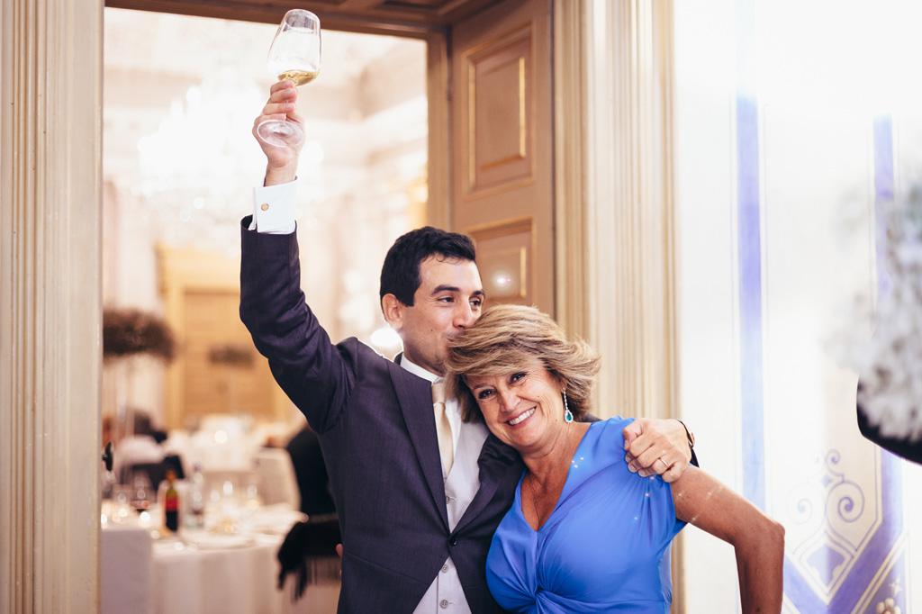 Riccardo bacia la madre e brindi con gli invitati durante il ricevimento