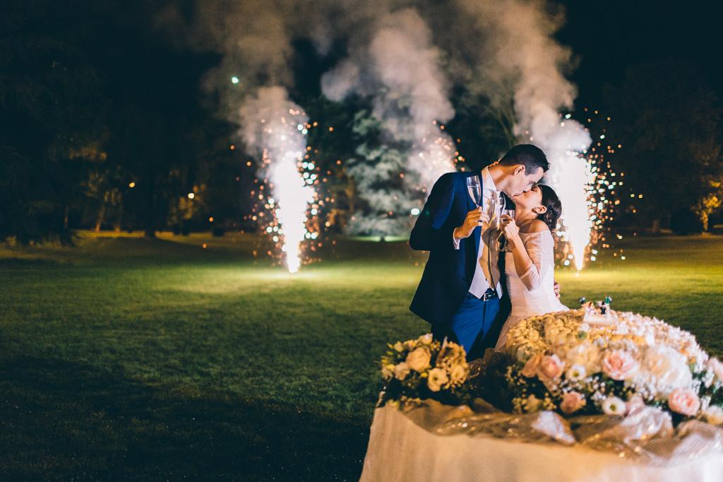 Lorenzo e Alice si baciano sullo sfondo magico dei fuochi d'artificio