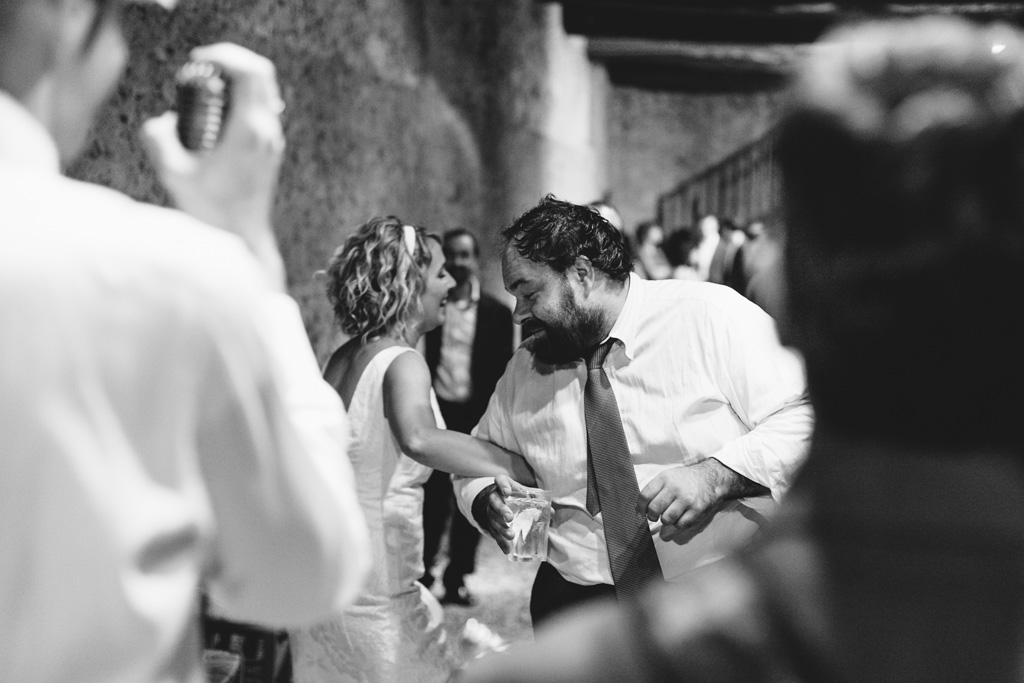 Un testimone e la sposa ballano a braccetto