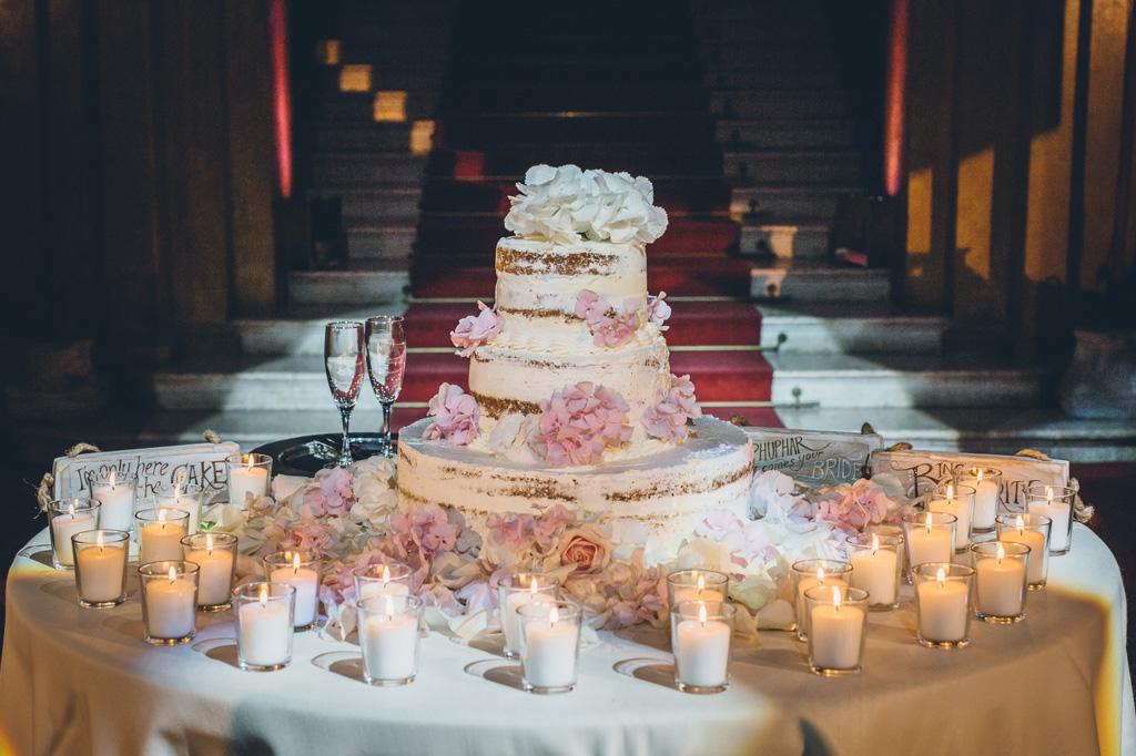 La torta nunziale è servita in tavola