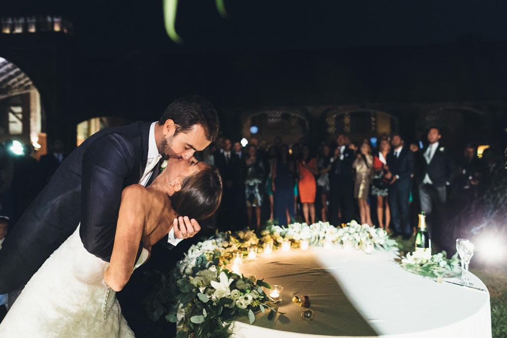 Federico bacia dolcemente la sposa