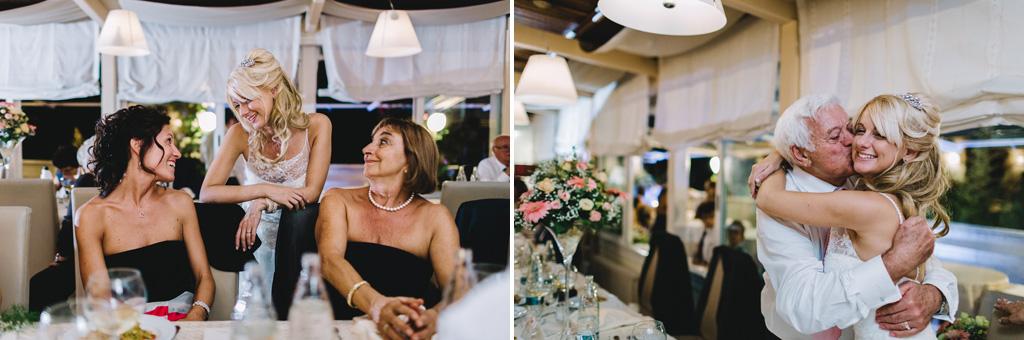 Gli ospiti coccolano la sposa durante il ricevimento