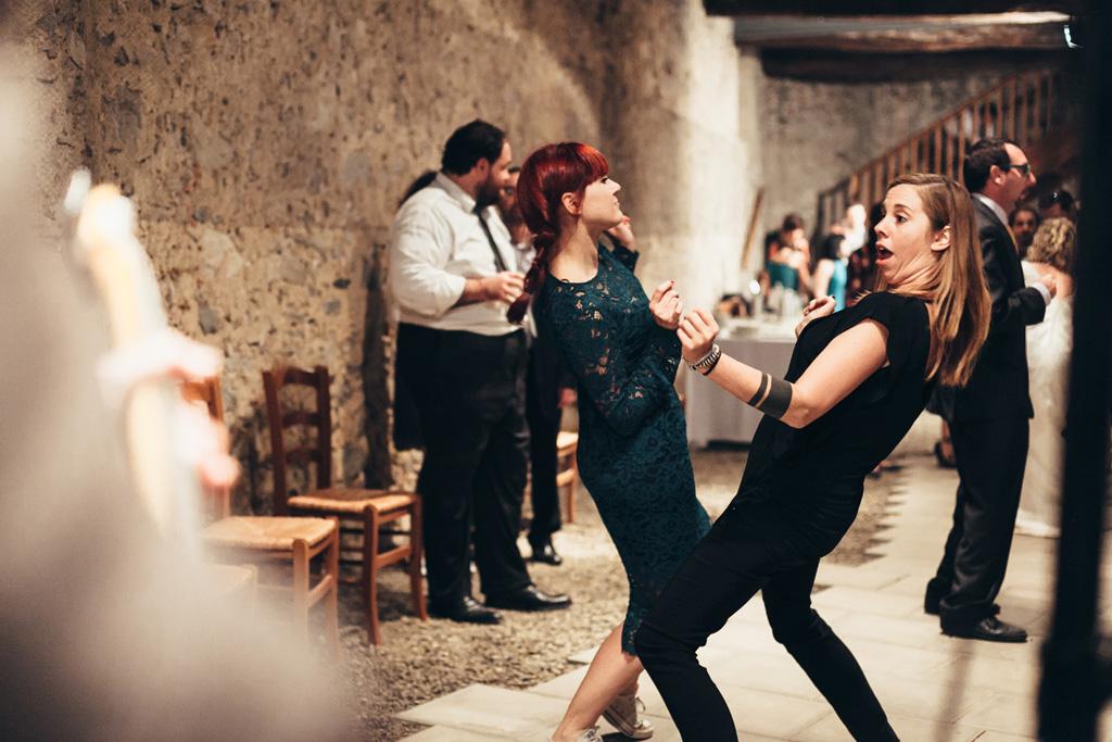 Alcune invitate danzano eccentricamente in pista