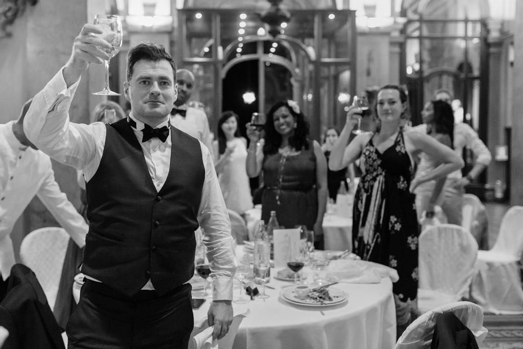 Gli ospiti brindano a una lunga vita d'amore per Tony e Ayesha