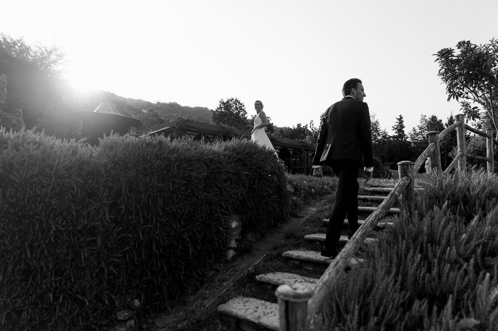 i due sposi passeggiano presso una località vicino al Lago di Garda