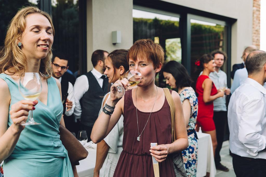 Gli invitati sorseggiano cocktails