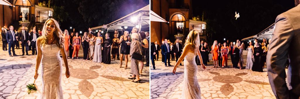 La sposa lancia un mazzo di fiori tra la folla degli invitati