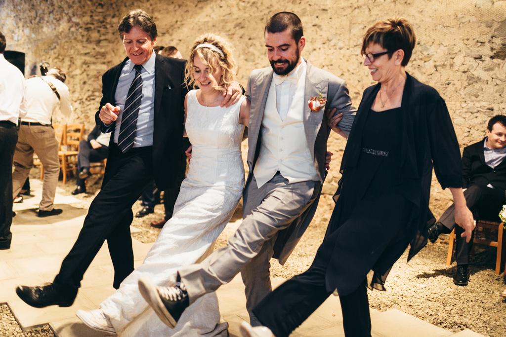 Gli sposi organizzano balli di gruppo immortalati dal fotografo Alessandro Della Savia