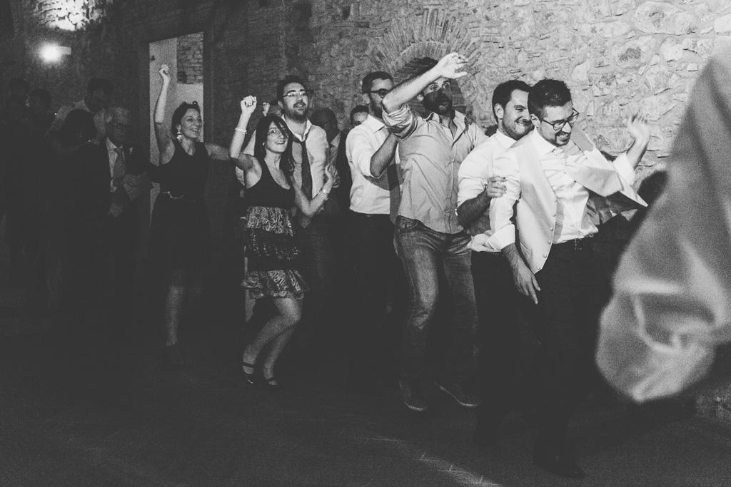 Gli invitati ballano in fila per il classico trenino
