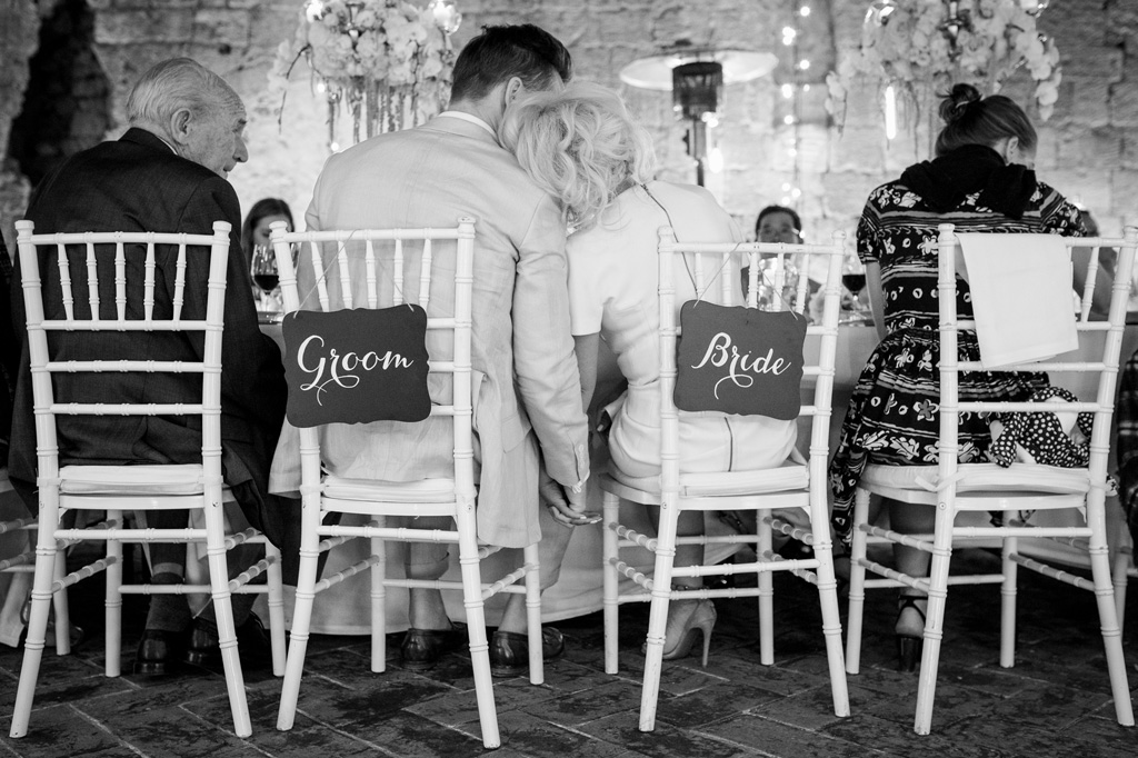 La sposa si appoggia alla spalla dello sposo in cerca di protezione