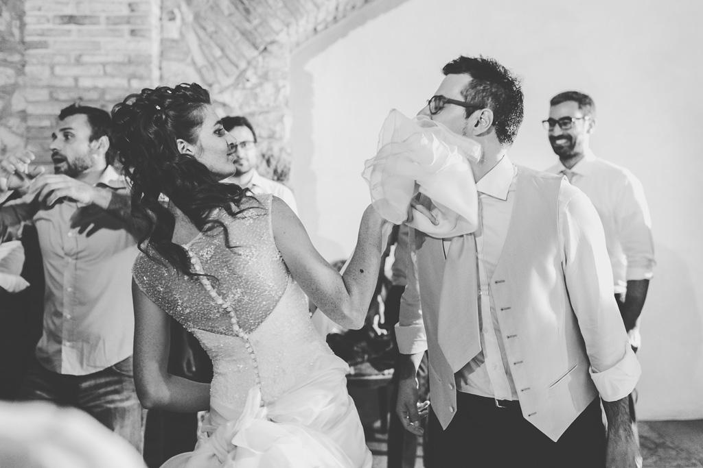 La sposa gioca con lo sposo durante i balli