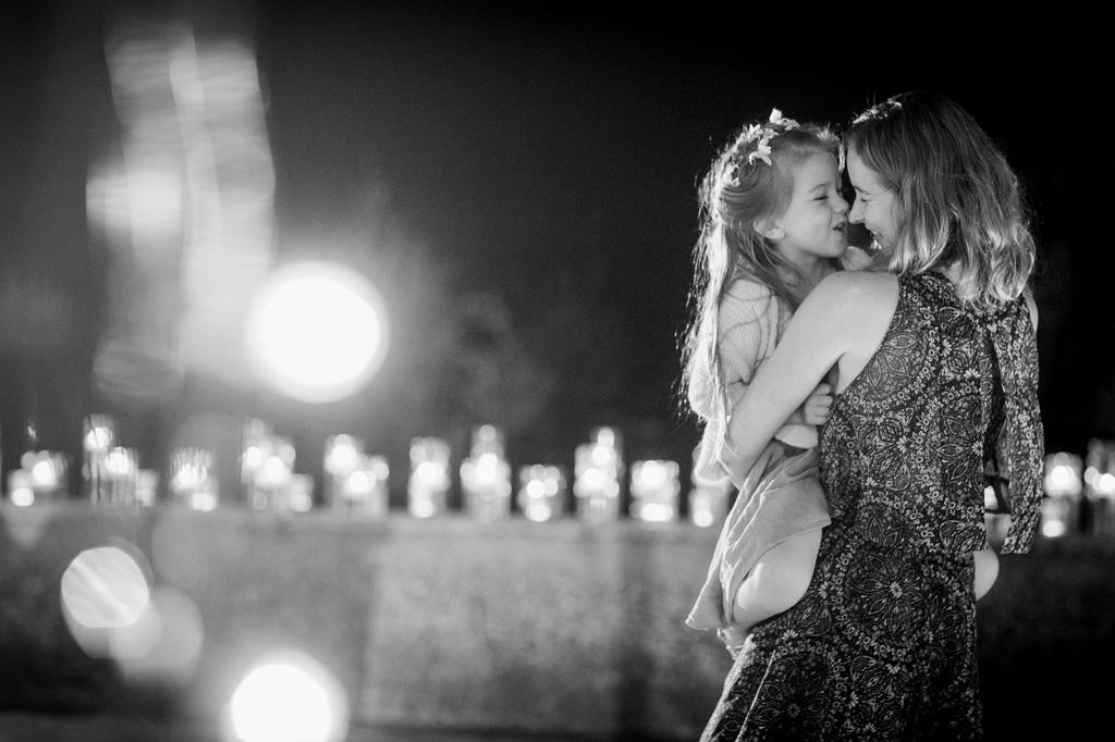 U'ospite prende in braccio una bambina in un'atmosfera magica e luminosa ripresa da Alessandro Della Savia