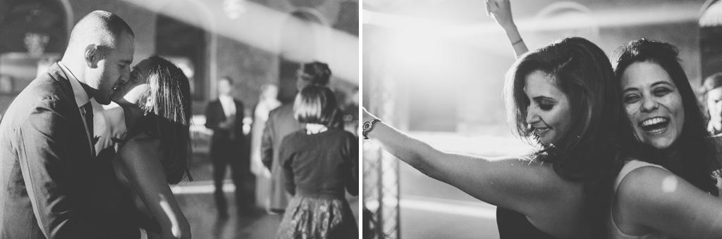 Gli invitati danzano sotto le luci stroboscopiche della sala